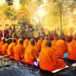 BODH GAYA, INDIA - FEBRUARY 27: Row of Buddhist monks — Stock Photo