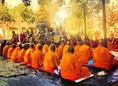 BODH GAYA, INDIA - FEBRUARY 27: Row of Buddhist monks — Stock Photo