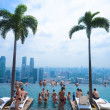 SINGAPORE - JULY 12 : Swimming pool of the Marina Bay Sands on July 12 , 2012 in Singapore — Stockfoto