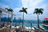 SINGAPORE - JULY 12 : Swimming pool of the Marina Bay Sands on July 12 , 2012 in Singapore — Stock Photo