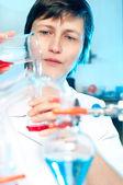 在化学实验室里的科学家工作 — 图库照片