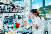 Jonge wetenschapper werkt in moderne laboratorium — Stockfoto