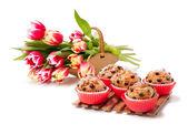 Choc chip muffins and tulips — Stock Photo