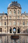 лувр музей в париже — Стоковое фото
