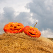 Halloween pumpkins on hay ougdoors — Stock Photo