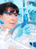 Young chemist works in the lab — Stockfoto
