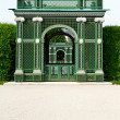 Green entrance gate of Schoenbrunn Palace gardens in Vienna — Stock Photo