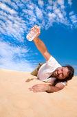 Thursty muž tu vodu — Stock fotografie