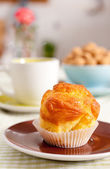 Tasty muffin and tea — Stock Photo