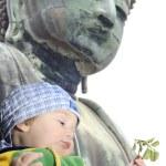 Baby boy near Great Buddah statue in Kamakura, Japan — Stock Photo