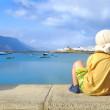 Little boy watching harbor iin Caleta, Graciosa, Canaries — Stock fotografie