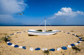 Boat on Greek beach decorated in blue and white — Stock Photo