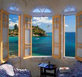 地中海の海岸を見下ろす 3 つの ay ウィンドウ — ストック写真