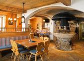 Interior del restaurante de montaña en los alpes — Foto de Stock