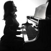 Pianista suona il pianoforte — Foto Stock