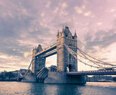 Tower bridge en Londres en una puesta de sol — Foto de Stock