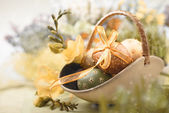 Easter background with eggs and spring flowers — Foto Stock