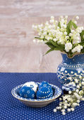 Blue and white Easter decorations on wood, text space — Foto de Stock