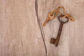 Old rusty keys on wood — Foto de Stock