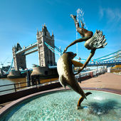 Fontana e tower bridge a Londra — Foto Stock