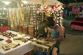 Craftman werken bij nachtmarkt, nacht bazar — Stockfoto