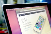 Ios7 news on website on Macbook pro — Stock Photo