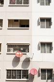Satellietschotels op de woonplaats appartement muur — Stockfoto