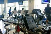 People running on threadmill at gym — Stockfoto