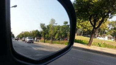 Street view from car side mirror. Let all the cars pass by — Stock Video