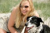 Młoda blond kobieta z psem — Zdjęcie stockowe