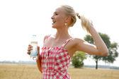 瓶水的年轻女人 — 图库照片