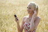 移动电话的年轻女人 — 图库照片
