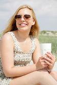 Giovane donna bere caffè — Foto Stock