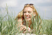 自然の中で若い女性 — ストック写真