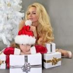 moeder en dochter met Kerstmis geschenken bij kerstboom — Stockfoto #35257959