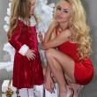 Mom and daughter with Christmas gifts at Christmas tree — ストック写真