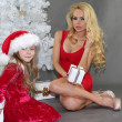 Mom and daughter with Christmas gifts at Christmas tree — Stok fotoğraf