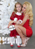 Mom and daughter with Christmas gifts at Christmas tree — 图库照片