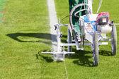 Geral e linhas de pintura prepara o campo de futebol — Fotografia Stock