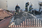 Firefighters try to extinguish the fire at a scorched floor flat — Stock Photo