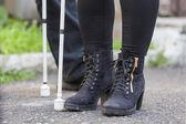 заделывают в слепой ноги с палкой — Стоковое фото