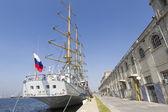 Russian sailing boat 'Mir' docks in Greece — Stock Photo