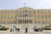 Tourists walk front the Hellenic Parliament building  — Stock Photo