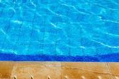 Спокойной воде на краю бассейна. — Стоковое фото