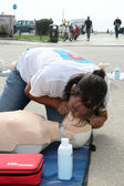 The instructor showing CPR on training doll. Free First Aid, CPR — Stock Photo