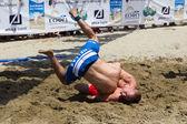 Dois atletas masculinos lutam na areia durante o primeiro mundo champio — Fotografia Stock