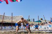 Deux athlètes masculins wrestle sur le sable au cours de la première champio de monde — Photo