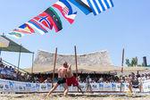 Twee mannelijke atleten worstelen op zand tijdens de eerste champio van de wereld — Stockfoto