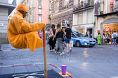 Street performer in Naples, Italy. Every day, street performers — Stock Photo
