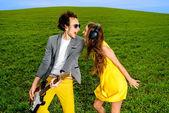 молодая пара играет на гитаре и наслаждаясь музыкой, они шоу — Стоковое фото